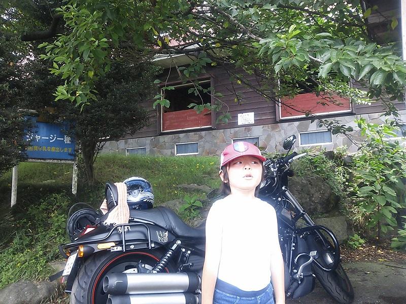 馬小屋の前でV-RODと息子