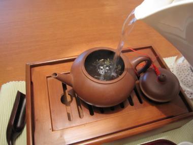 茶壺に湯を注ぐ