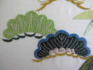 萌黄色の松と濃緑青の松