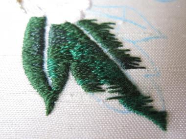 牡丹 葉の刺繍途中②