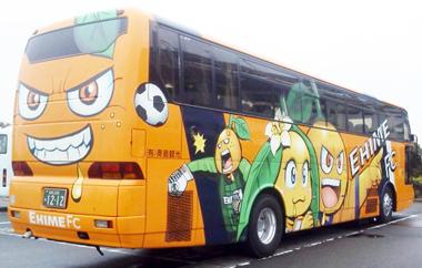 愛媛FCバス横2