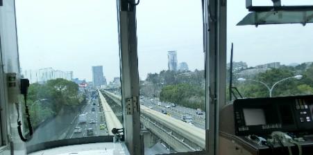 CIMG0983高速道路の上を走るJPG