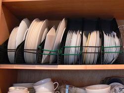 ブックスタンドを使った、お皿の収納術