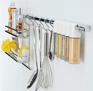 タオルかけに、S字フックで料理グッズを吊るす収納方法