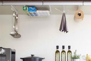 キッチンと棚の間の開いたデッドスペースを有効活用した収納方法