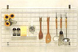 メッシュハンガーを壁に取り付けて、料理を行う収納術