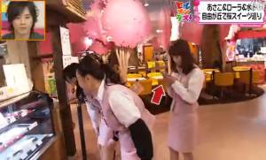 テレビ撮影中に携帯電話を操作する、ローラ・チャン