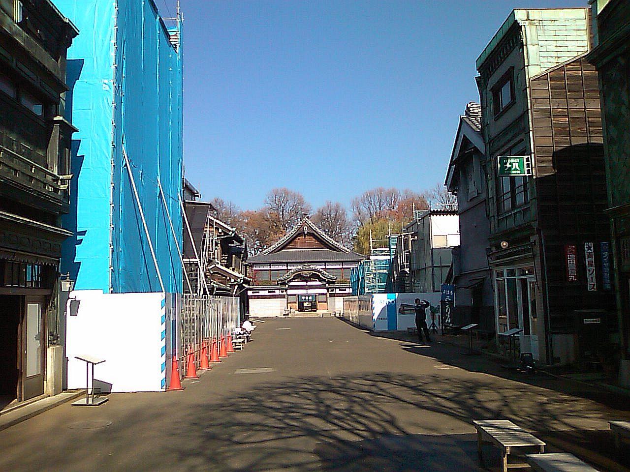 向かって左が大和屋本店、右が万徳旅館。
