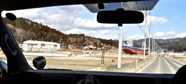 気仙沼郊外には未だ家の土台だけを残した広大な土地が…