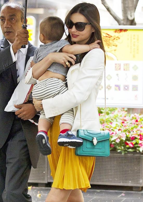 ミランダ・カー 黄色のプリーツスカートがキュート!フリン君とお買い物♪ in シドニー