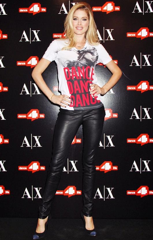 """ドウツェン・クロース """"世界AIDSデー"""" チャリティーTシャツを着て登場♪"""