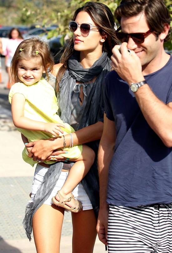 アレッサンドラ・アンブロシオ 家族でマリブフェアに♪