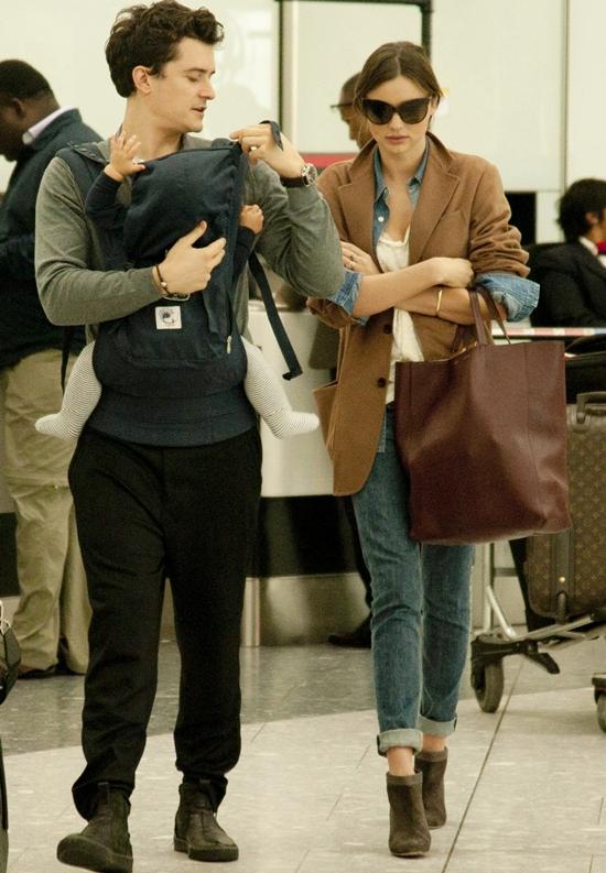 抱っこならパパにおまかせ!ミランダ・カー&オーランド・ブルーム