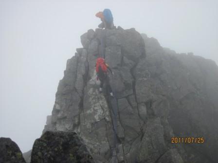 2峰を下降するしんちゃん見守るデイジー