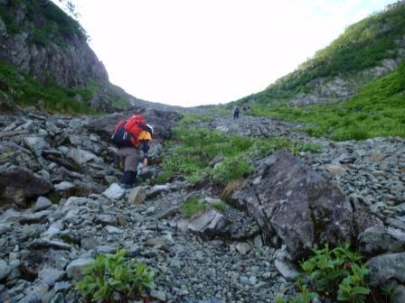 5・6のコルへ雪渓を登る