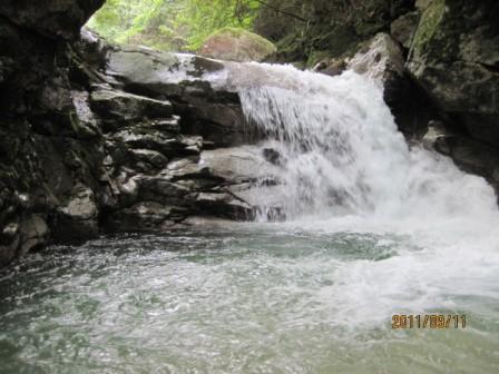 11.9.11阿木川0839 泳いでとりつくが、渦があるので巻いた。