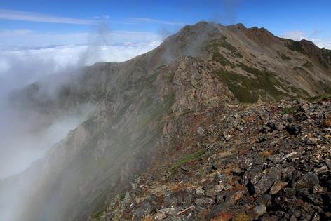 霧流れる仙丈ヶ岳南壁