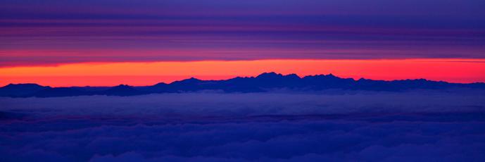 薄暮の雲海に浮かぶ北アルプス