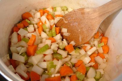 野菜を炒めます