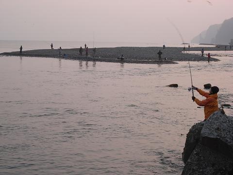 古平川河口 鮭釣り2