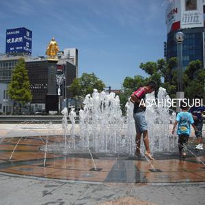 噴水と子供