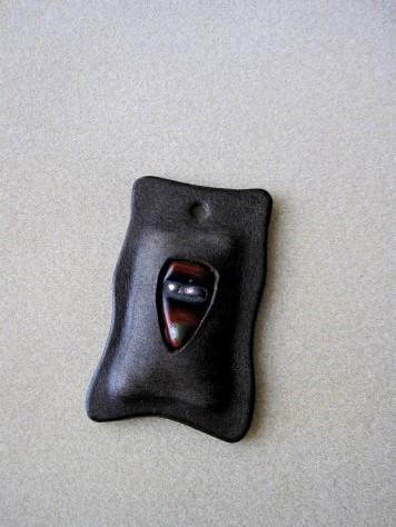 革のパーツ(赤いガラス入り) 004