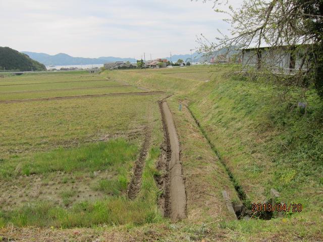 草を刈った後の水路下