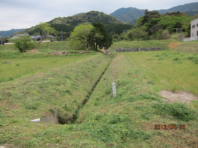 草を刈った後の水路上