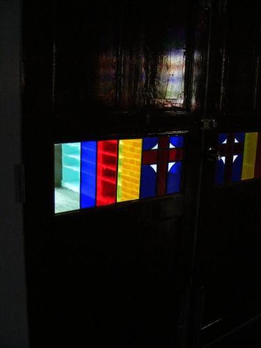 黒崎協会内部 入り口のドアにはめ込まれたステンドグラス