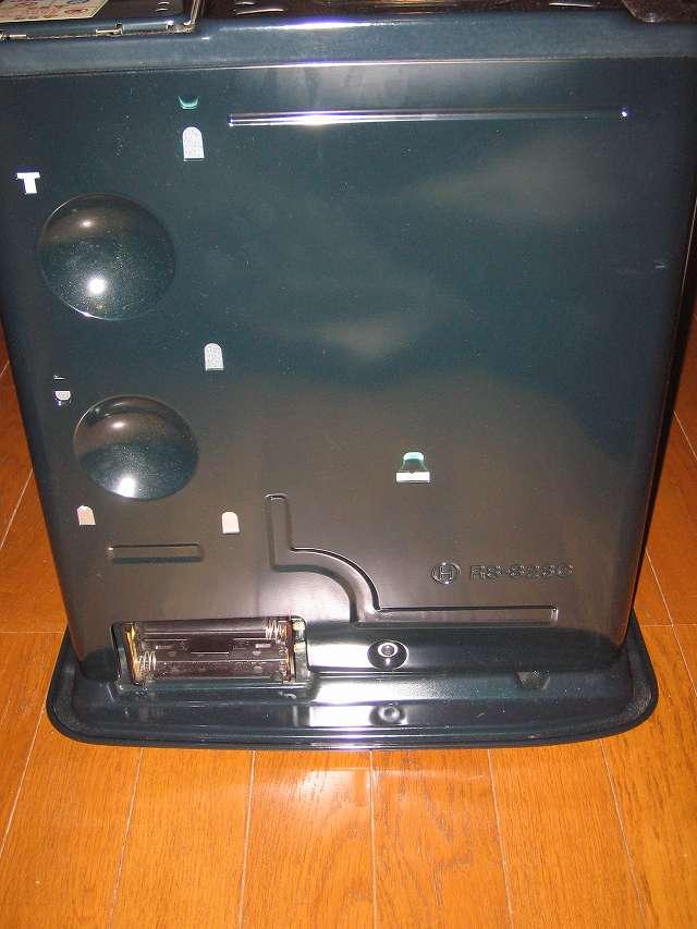 TOYOTOMI トヨトミ 石油ストーブ RS-S23C(B) 背面 乾電池ケース - 単二型乾電池 4 個入れ