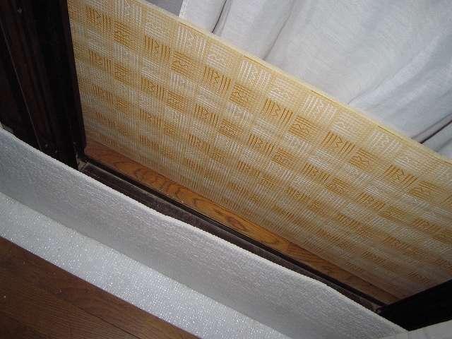 山善(YAMAZEN) 窓際ボード サイズ M (40×205cm) MB-425M と 山善(YAMAZEN) 窓際ボード サイズ L (60×205cm) MB-625L を床に設置