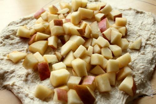 13.05.26林檎とブリーチーズのリュス_林檎混ぜ込み