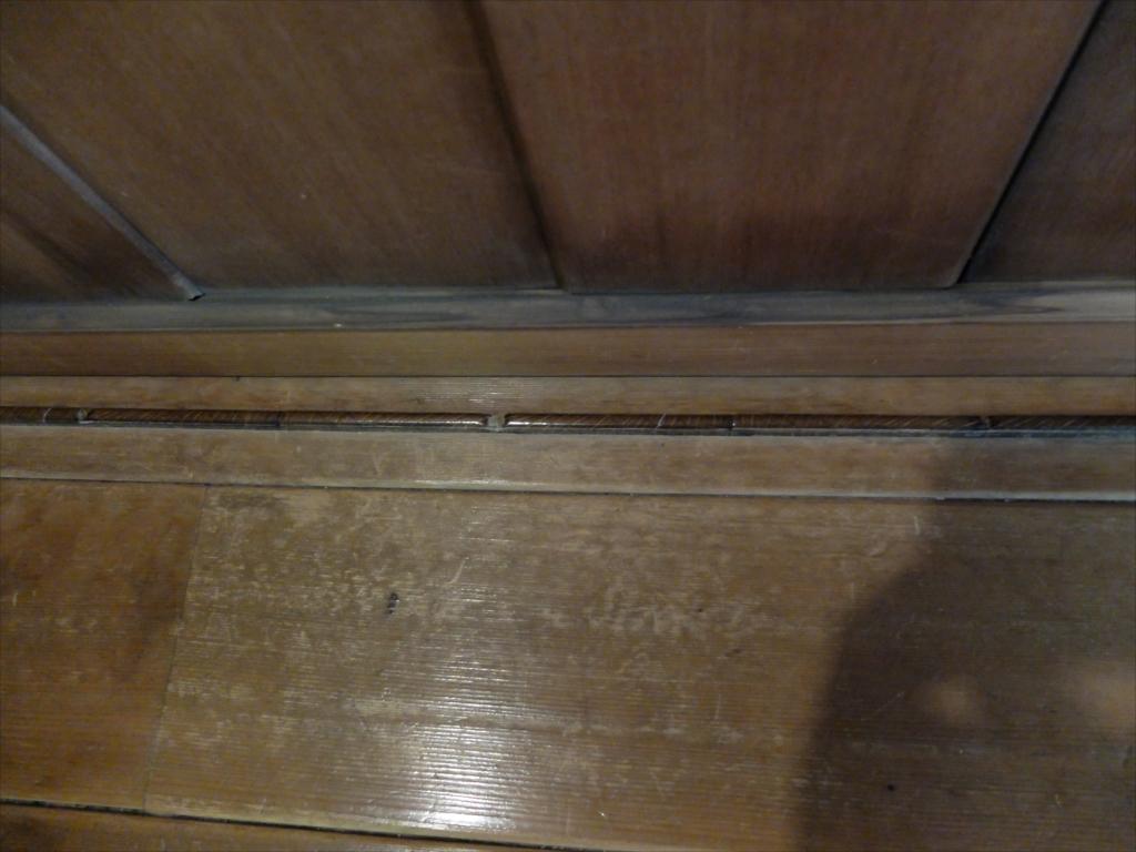 ガラス戸などのレールは鉄製ではなく木製_1