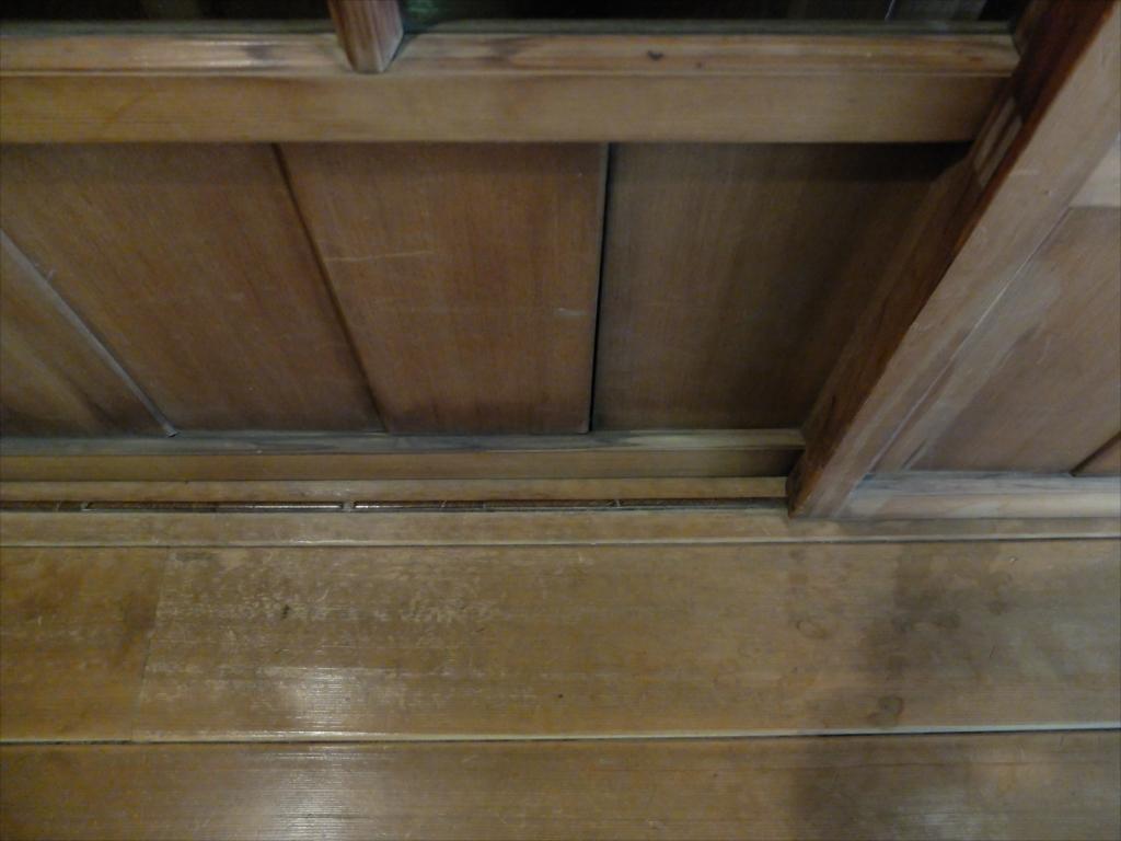 ガラス戸などのレールは鉄製ではなく木製_2