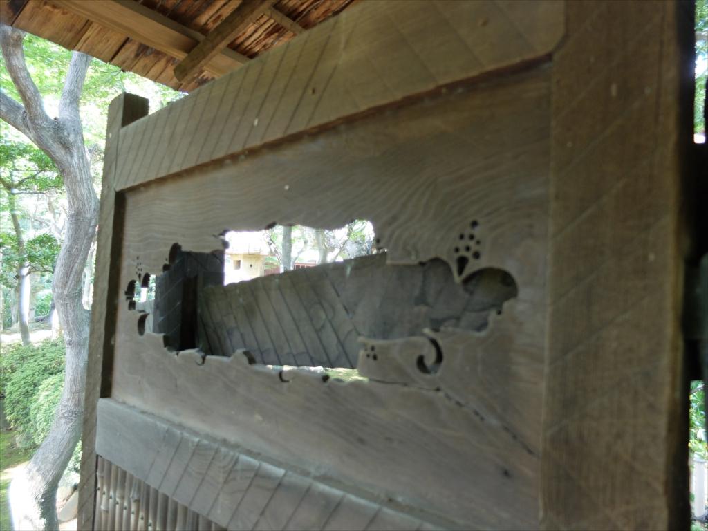復原された庭門をくぐる_5