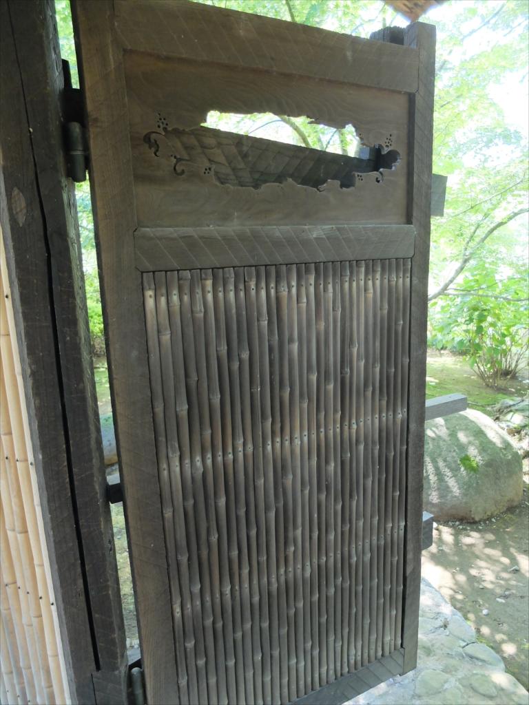 復原された庭門をくぐる_6