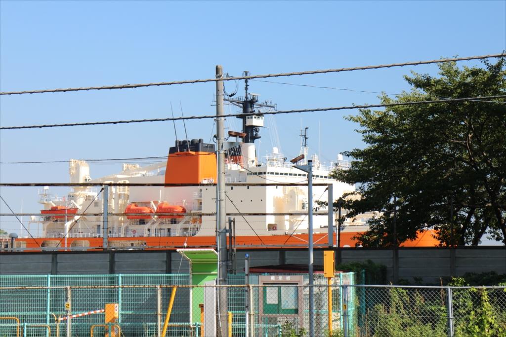 南極観測船『しらせ』の上部が見えている_3