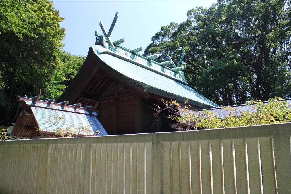 本殿の手前にある小さな建物は境内社の『南方社』_2