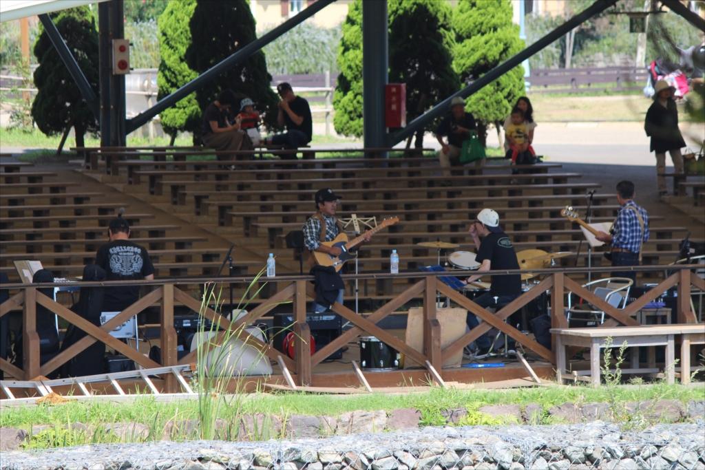 地元のミュージシャンが演奏していた_3