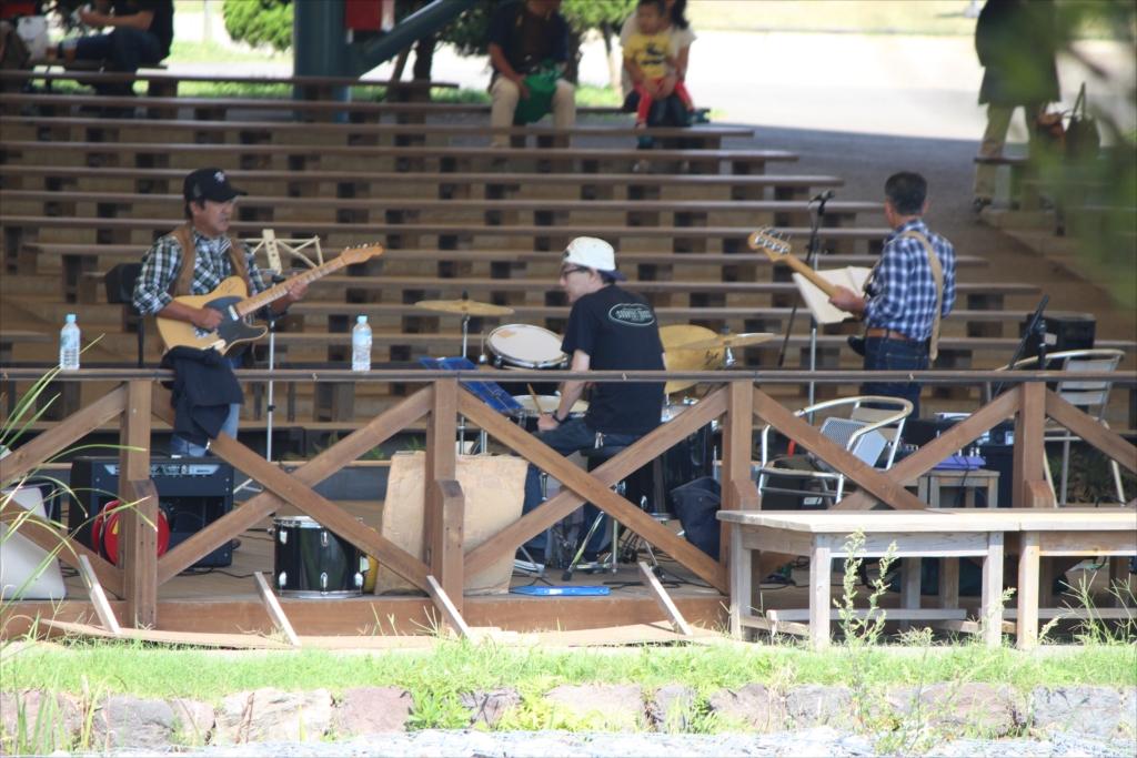 地元のミュージシャンが演奏していた_4