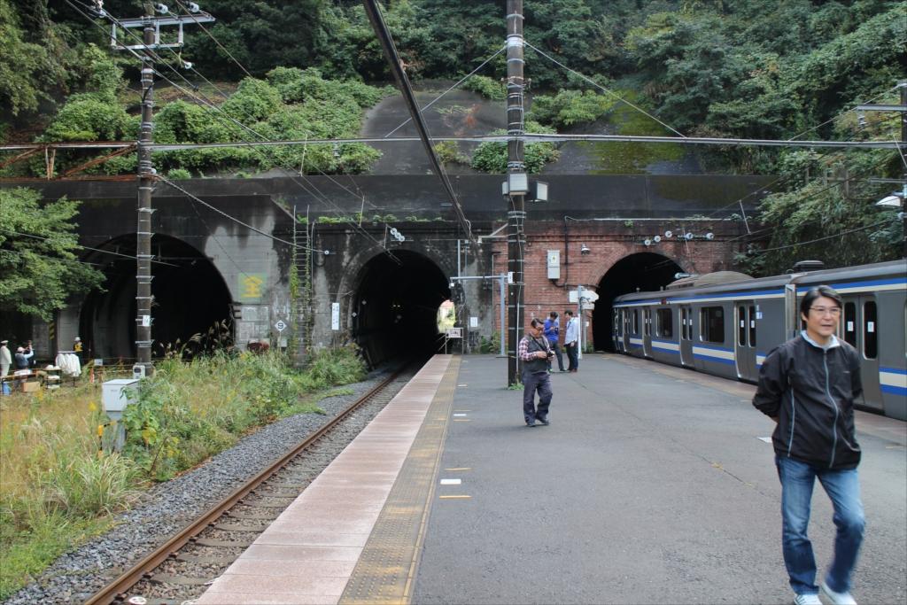 田浦駅ホームから見た七釜トンネル_1