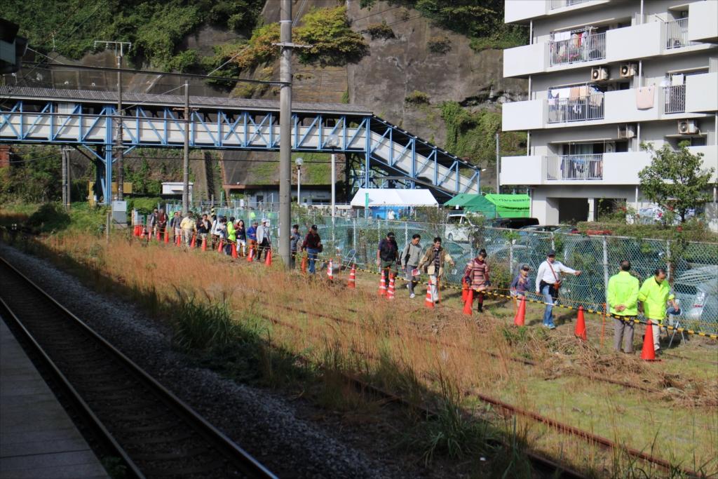 昭和のトンネルを見学する人の列_1