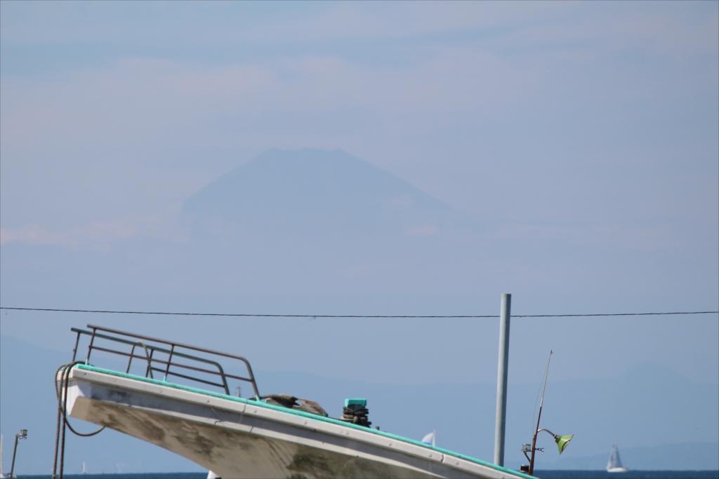 富士山は霞んでしまってよく見えない