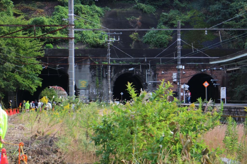 昭和のトンネルを見学する人の列_2