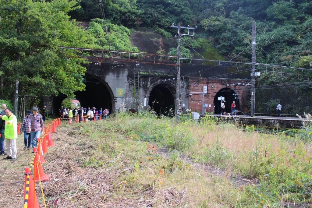 昭和のトンネルを見学する人の列_3