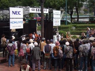 もちの木広場のステージ