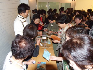CDの販売コーナーには大勢のお客さまが…