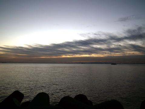 大黒埠頭海釣り公園から、初日の出が昇る方向を見る