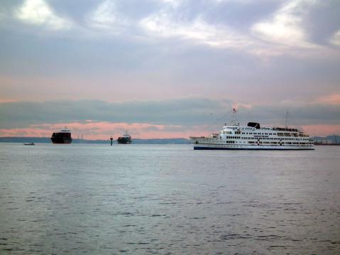 初日の出航海をしていた横浜港遊覧船ロイヤルウイング号