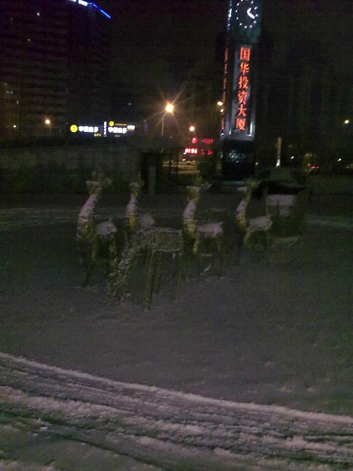 いまだにいるトナカイに降り積もる雪。